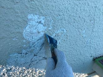 剥離した外壁を削ります