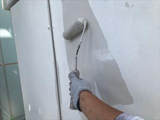 下塗り後、中塗りとして主剤塗料を塗布