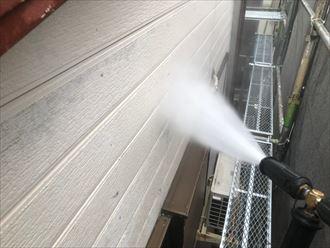 高圧洗浄作業でしっかり汚れを落とします