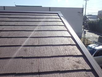 スレート屋根に苔が繁殖した状態
