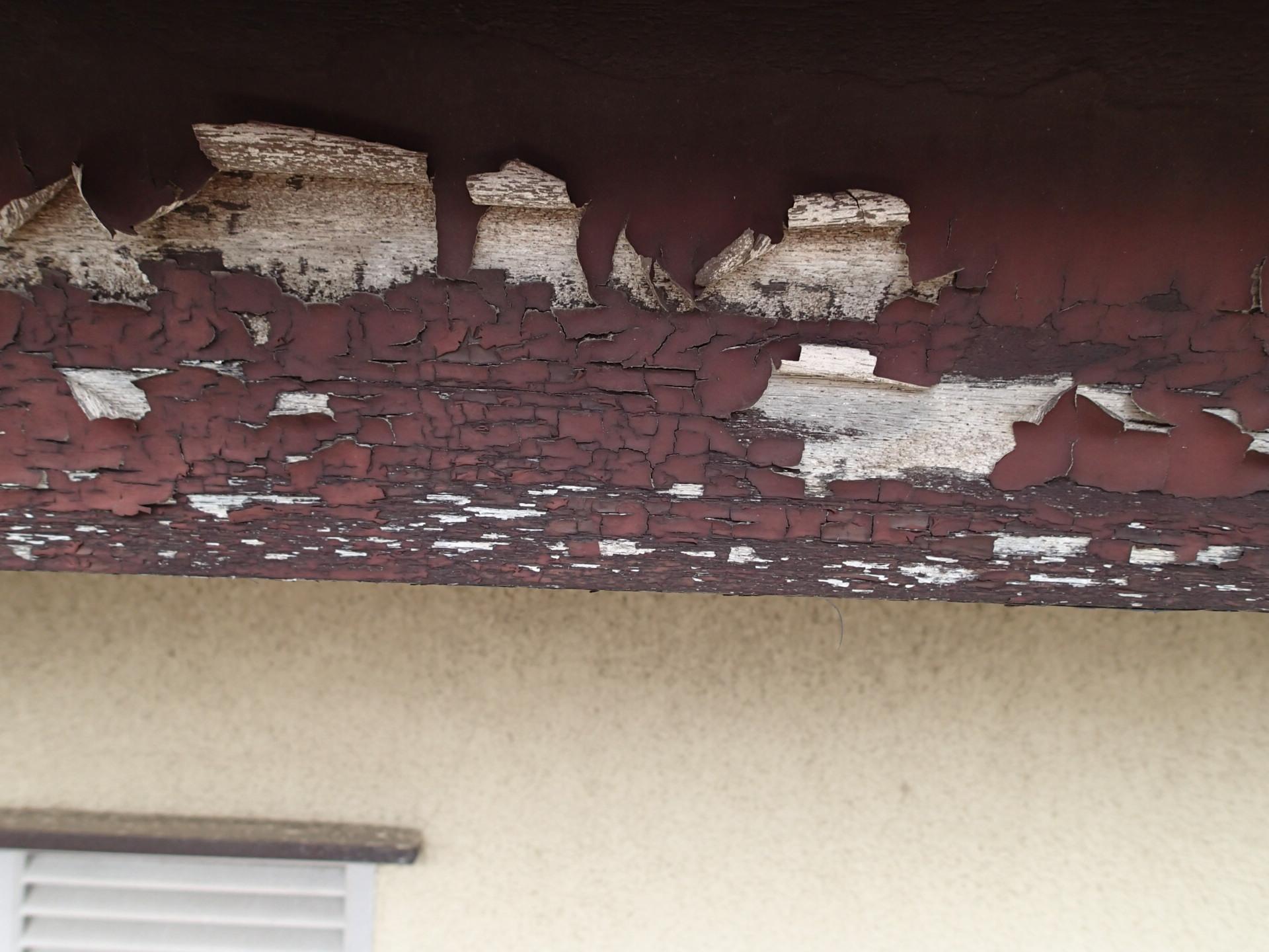 塗膜が剥離した破風板