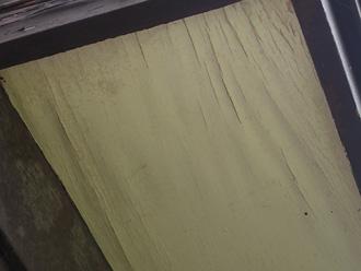 軒天の塗膜が劣化し水分を含んでしまっています