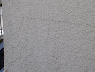 クラックが拡がっているモルタル外壁