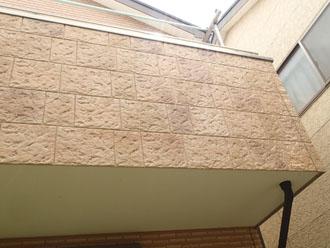 違う壁材が使われているベランダ
