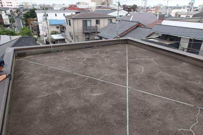 屋上にひび割れがかなり入っています