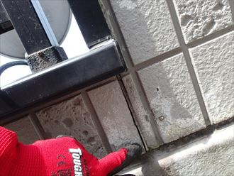 窓下のシーリングが上から下まで割れています