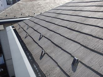 屋根に汚れやコケが付着。そろそろお手入れの時期です