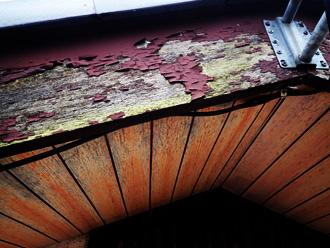 塗膜が劣化した破風板