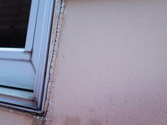 窓枠シーリングのひび割れ
