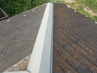 南北で苔の生え方が違う屋根