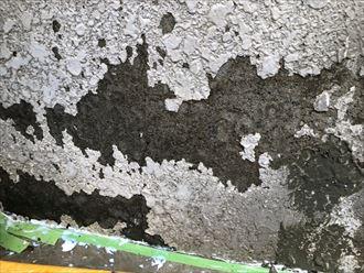 表面の剥離したモルタル壁