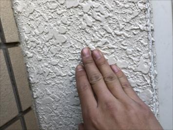 手で外壁を確認