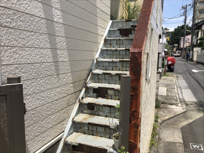 錆びた鉄骨階段