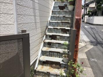 錆が著しい階段
