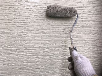 上塗り中の外壁
