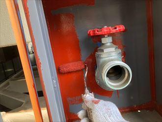 消防設備ボックスの内側も塗ります