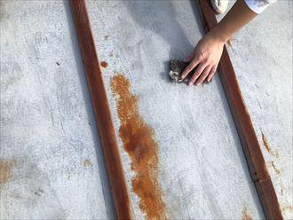 トタン屋根のケレン作業