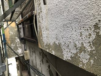 塗膜剥離したモルタル壁