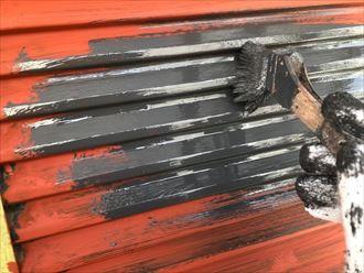 鉄部に錆止めを塗布後主剤を乗せて行きます