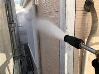 高圧水で外壁を洗浄