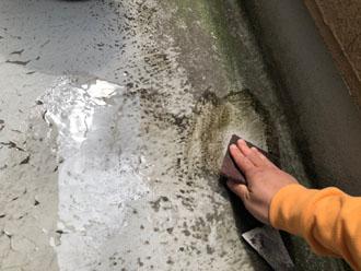 ヤスリでベランダに付着した汚れを落とします