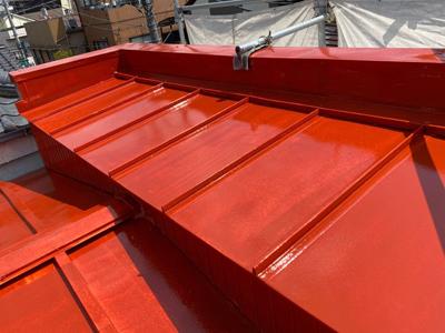 屋根塗装後のパラペットのある瓦棒屋根
