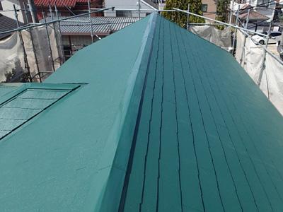 棟板金交換と屋根塗装されたスレート屋根