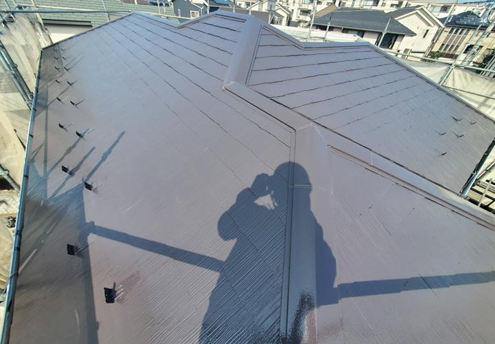 棟板金交換工事と屋根塗装が竣工した化粧スレートの屋根