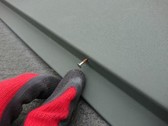 棟板金の釘浮きが目立ちます