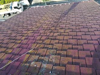 アーバニー屋根には藻や汚れが目立っています