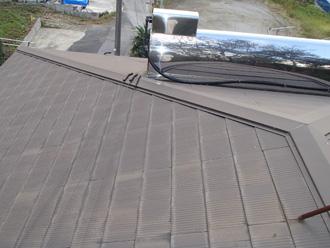 塗装前のスレート屋根と太陽熱温水器