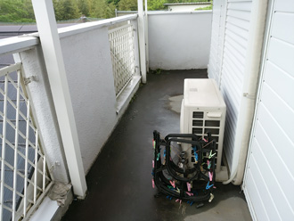 改修前の雨漏りしているバルコニー
