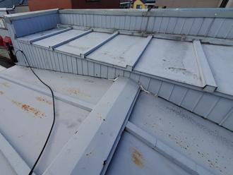屋根塗装前のパラペットのある瓦棒屋根
