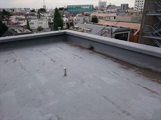 雨漏りしているマンションの屋上