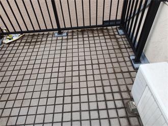 床がタイルのルーフバルコニー