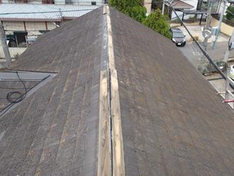 棟板金が剥がされてしまったスレート屋根