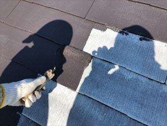 屋根の中塗り作業