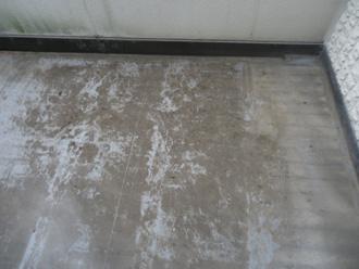 築15年が経過し、汚れが目立つ屋上