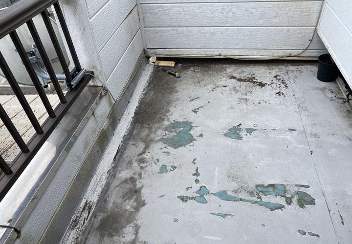 劣化したベランダ床