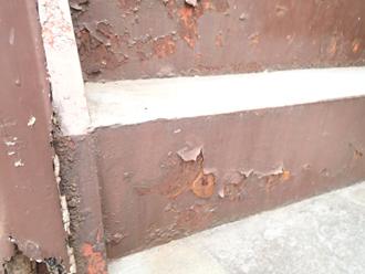 塗膜剥離によって階段鉄部の素地が出ている