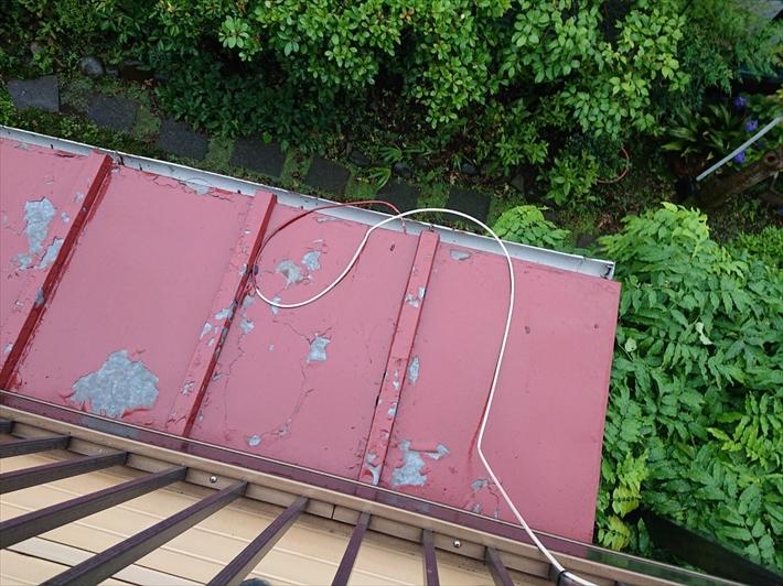 金属屋根は動きが大きいので塗膜がはがれやすい