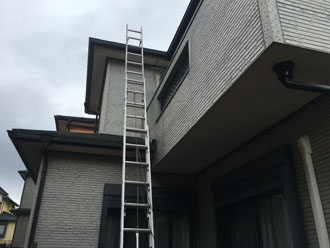 梯子を掛け屋根の調査を行います