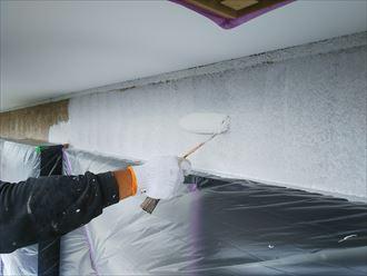 葛飾区金町で行った外壁塗装工事でモルタル外壁の下塗り作業を実施