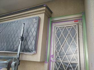 葛飾区金町で行った外壁塗装工事で窓やドアなどに塗料が付着しないように養生を行います