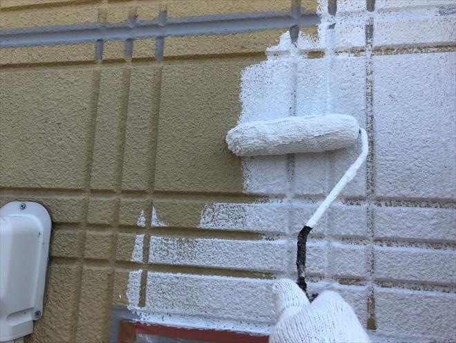 下塗り材で外壁が一旦真っ白になります