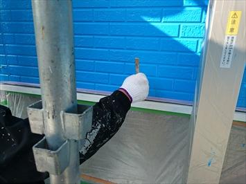 水切りなどの付帯部を塗って仕上げます