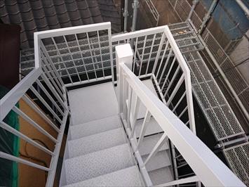 完全に外部に面した階段の塗装