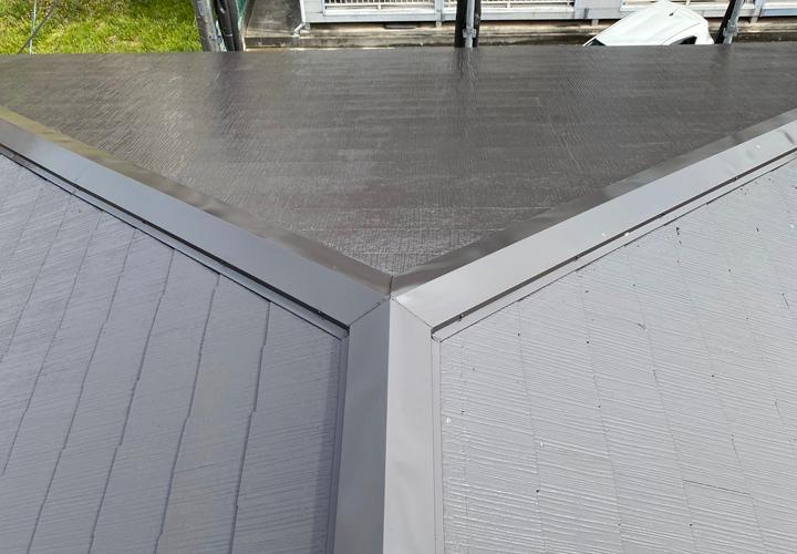 棟板金交換工事後、ファインパーフェクトベストのトリノブラウンで塗装したスレート屋根