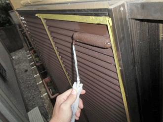 江戸川区で外壁塗装 ローラーで雨戸の塗装