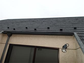 屋根の途中に設けられたような形状のルーフバルコニー